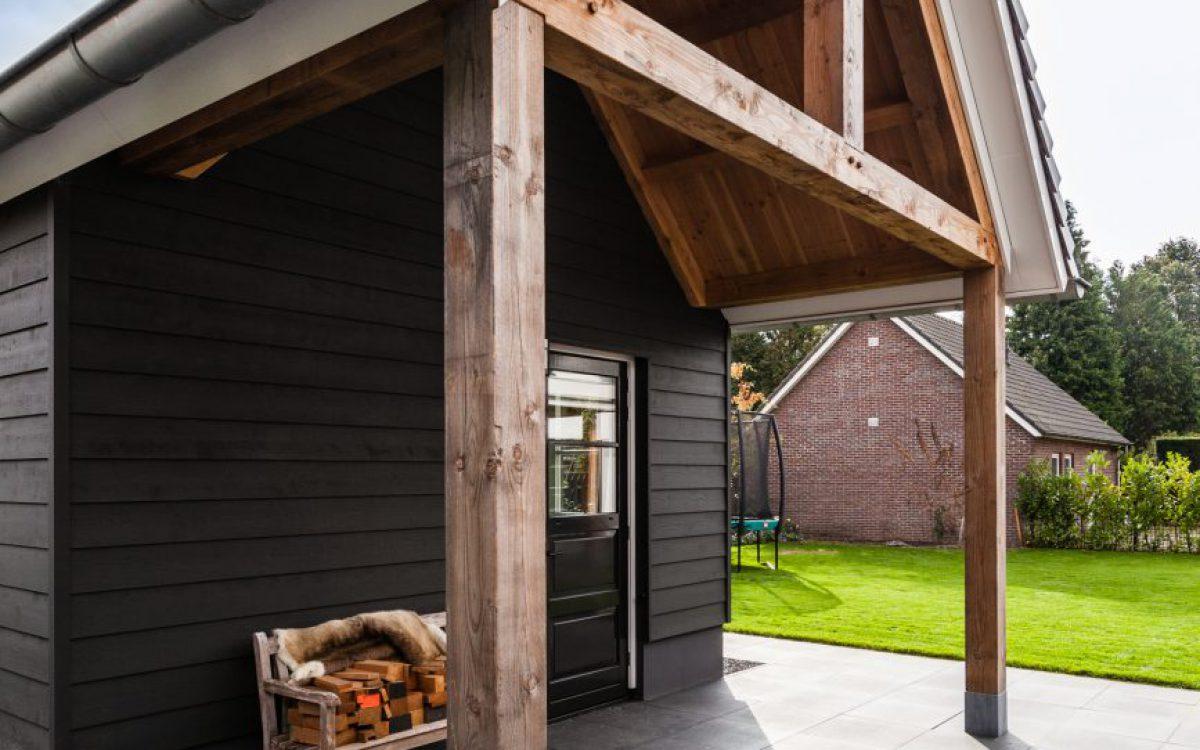 Vooraanzicht houtvezelcement mantelstenen bijgebouw