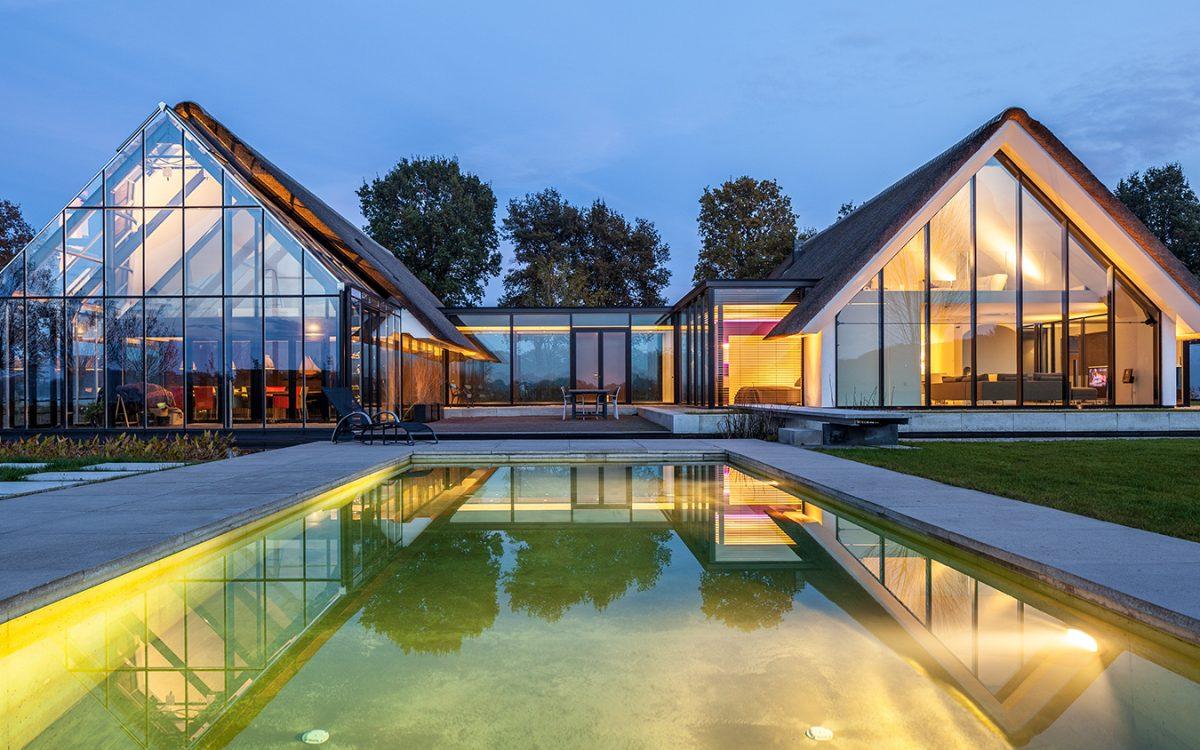 Achteraanzicht van de kasaanbouw en zwembad luxe schuurwoning