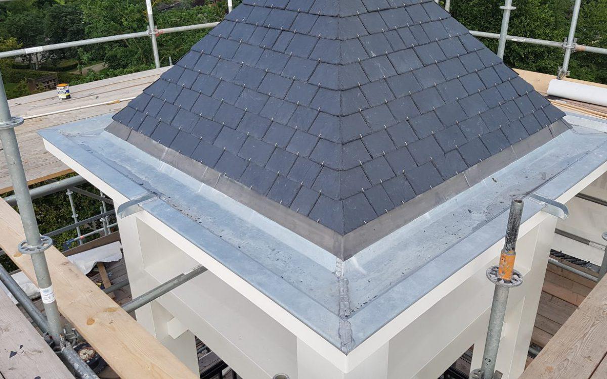 Restauratie dak klokkentoren kerk in Middelrode