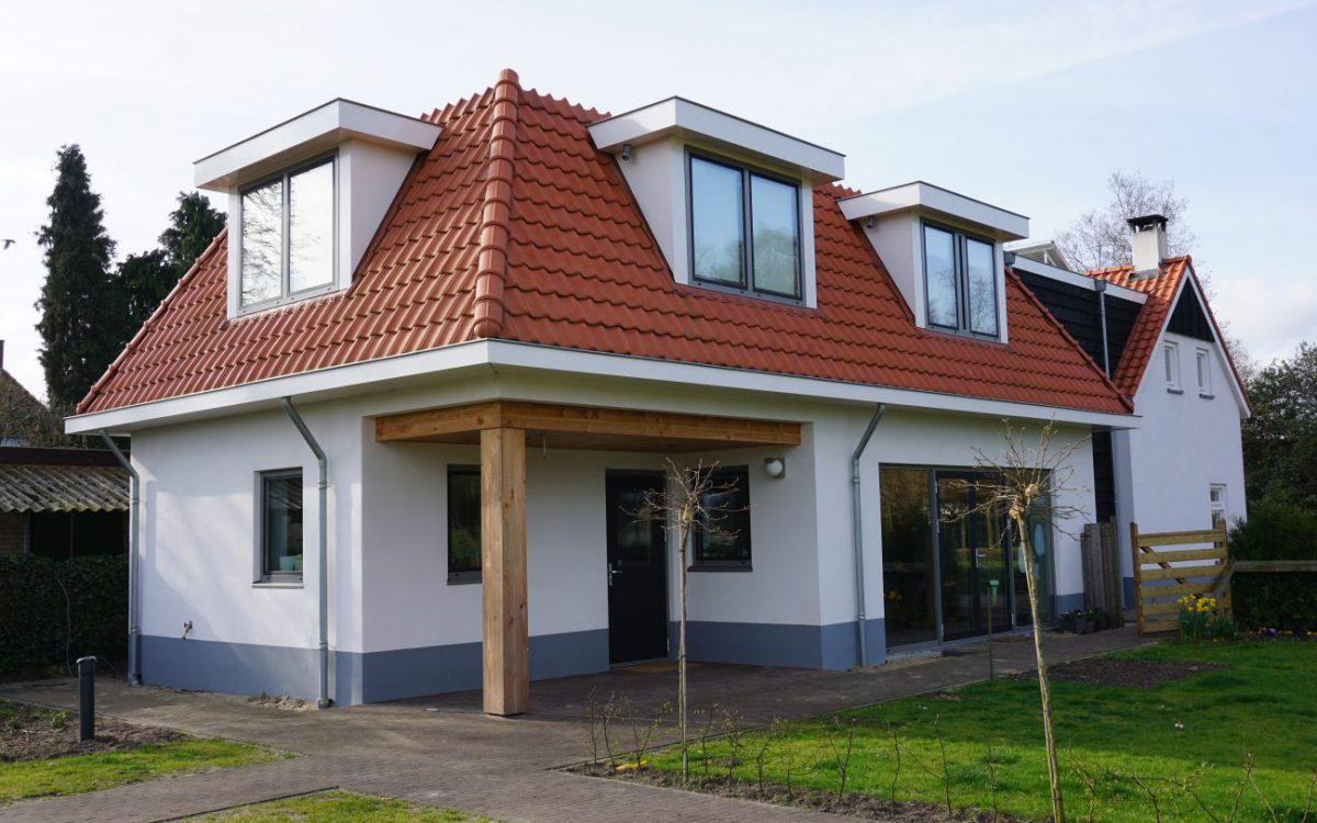 Verbouw een aanbouw houtvezelcement mantelstenen woning