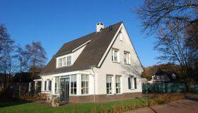 Nieuwbouw van een landelijke woning met veranda in Heesch