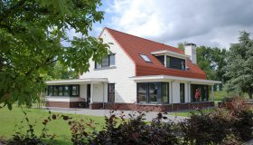Nieuwbouw van een moderne woning in Ooltgensplaat