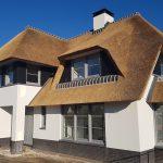 Nieuwbouw van een landelijke woning met rieten kap in Berlicum
