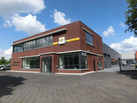 Nieuwbouw van een autospuiterij met kantoor in Rosmalen