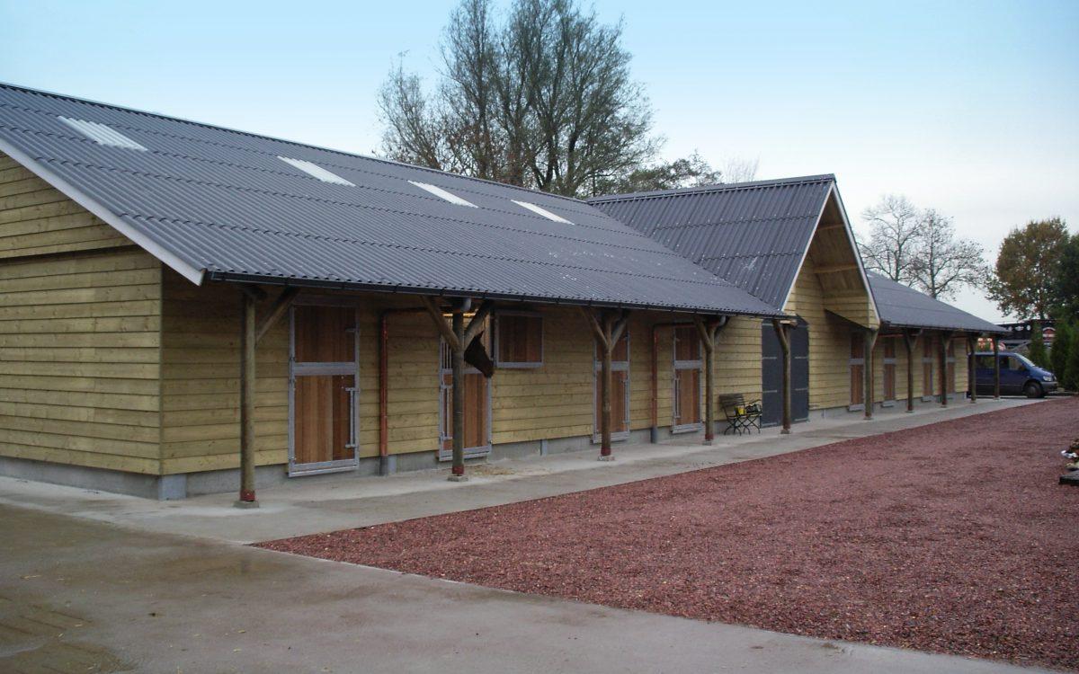 Nieuwbouw rijhal met paardenstallen in Lexmond