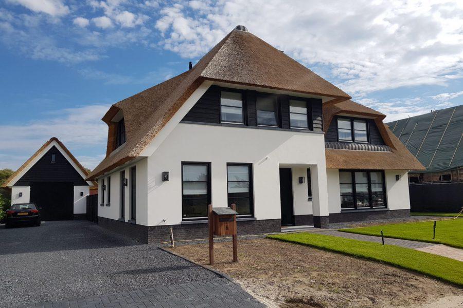 Villa met rieten kap en buitenstucwerk Berlicum