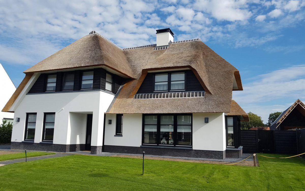 Villa met rieten kap en buitenstucwerk in Berlicum